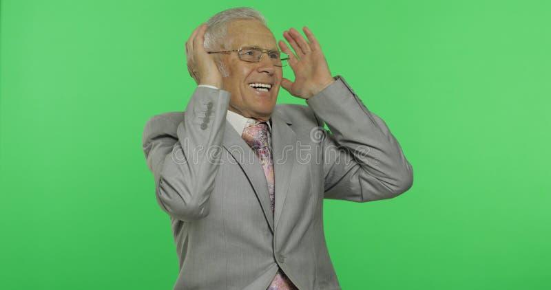 Starszy biznesmen w kostiumu śmiać się Stary starszy mężczyzna w formalnej odzieży Chroma klucz fotografia royalty free