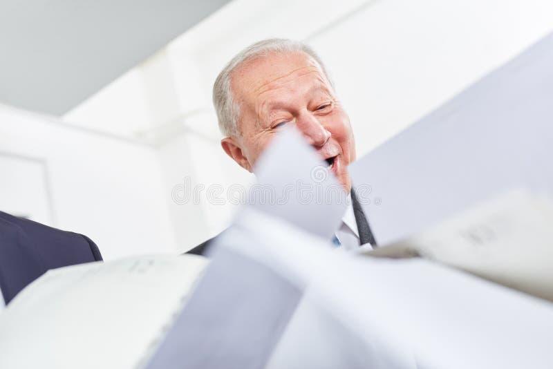 Starszy biznesmen z dokumentami zdjęcie royalty free