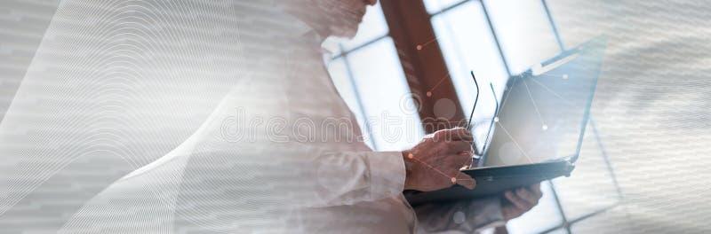Starszy biznesmen z laptopem, lekki skutek, dwoisty ujawnienie z siecią; panoramiczny sztandar zdjęcie stock