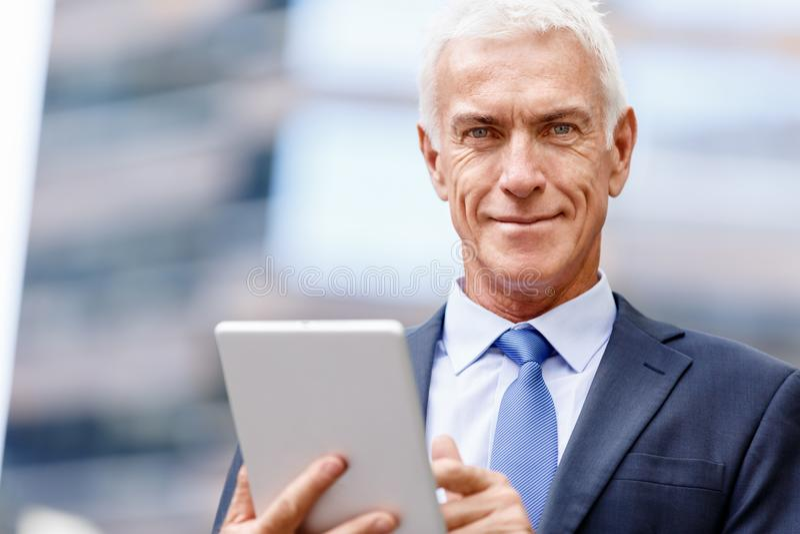 Starszy biznesmena mienia touchpad zdjęcia stock