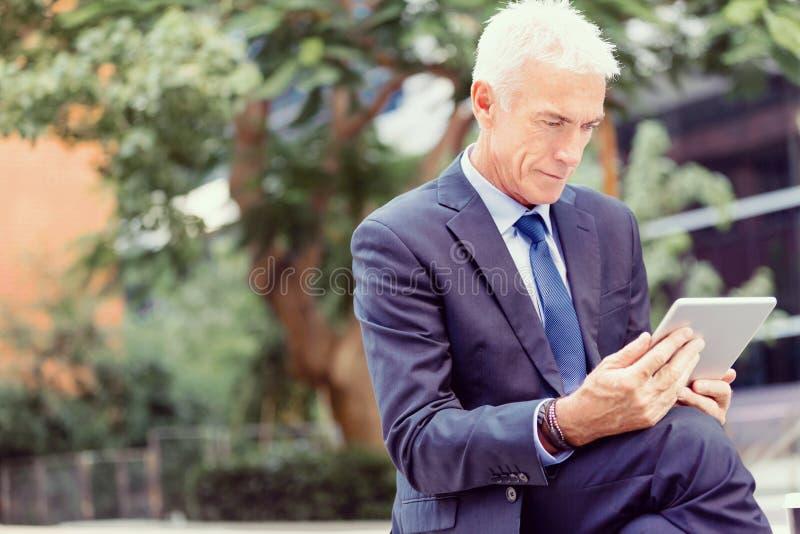 Starszy biznesmena mienia touchpad obrazy stock