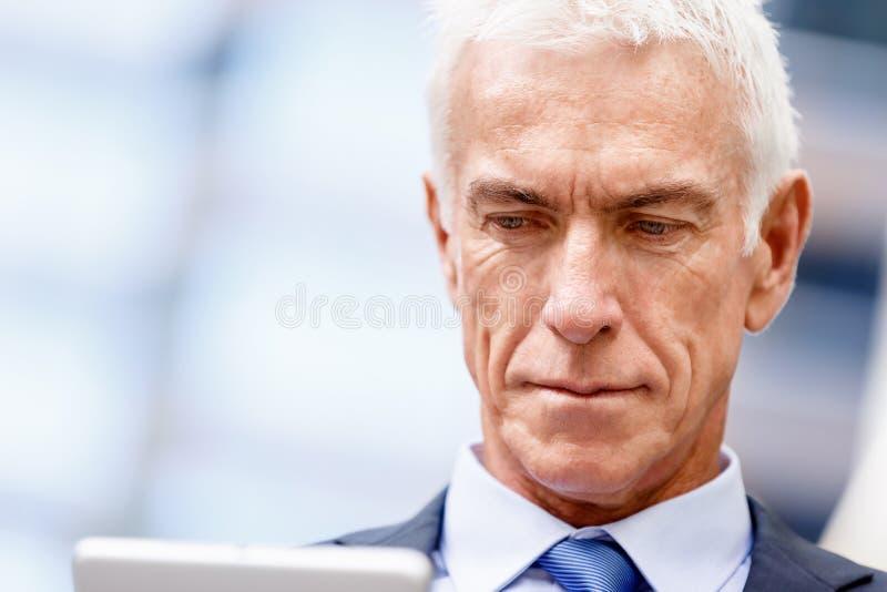 Starszy biznesmena mienia touchpad fotografia stock