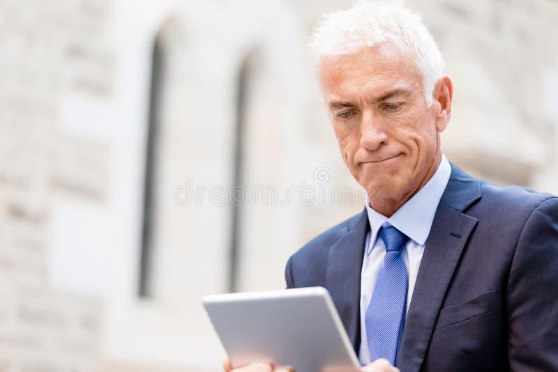 Starszy biznesmena mienia touchpad zdjęcie stock