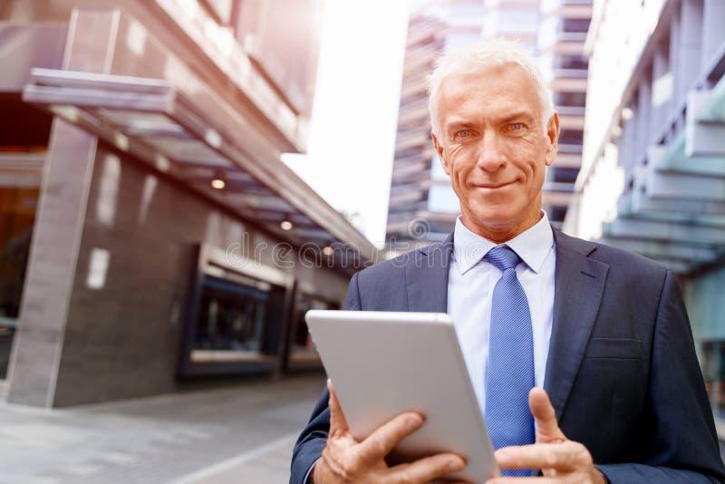Starszy biznesmena mienia touchpad zdjęcia royalty free