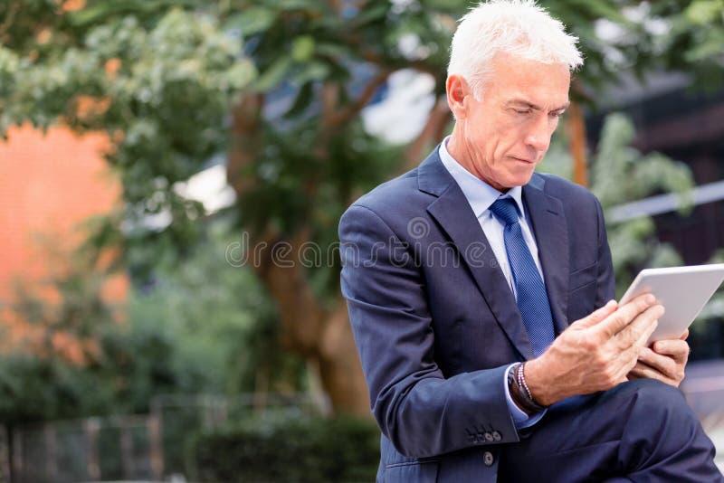 Starszy biznesmena mienia touchpad zdjęcie royalty free