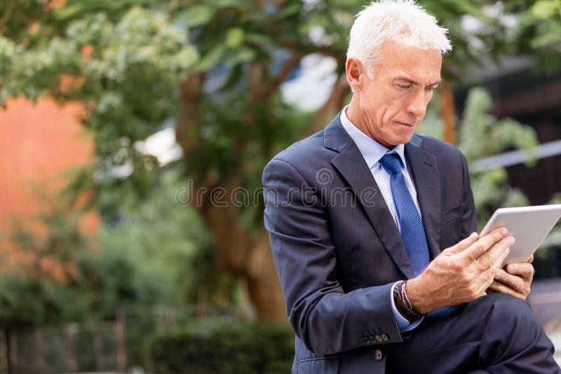 Starszy biznesmena mienia touchpad obrazy royalty free