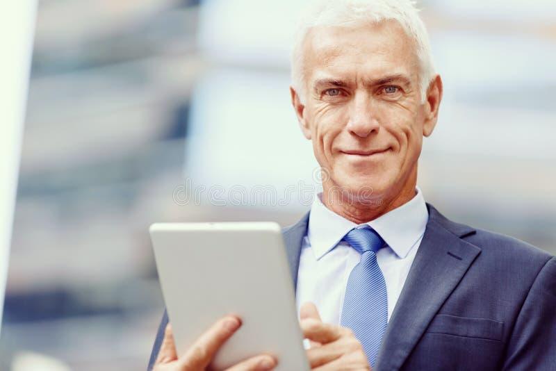 Starszy biznesmena mienia touchpad fotografia royalty free