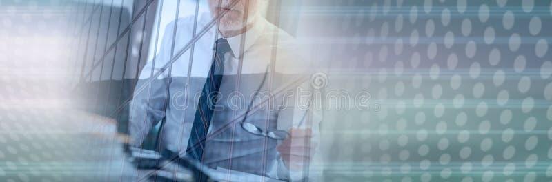 Starszy biznesmena obsiadanie w biurze, dwoisty ujawnienie, lekki skutek sztandar panoramiczny zdjęcie royalty free