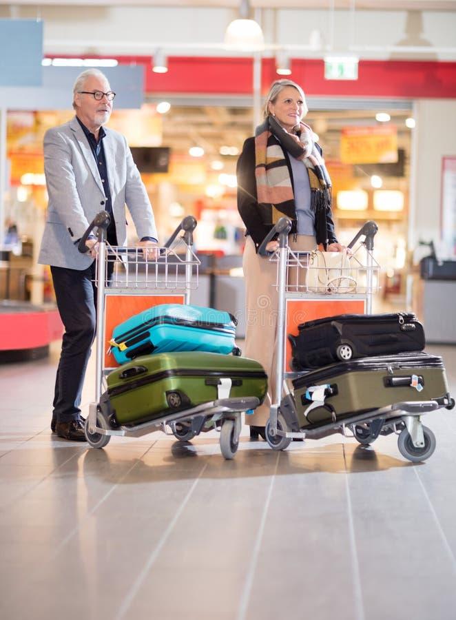 Starszy Biznesowy pary odprowadzenie Z bagażem W tramwajach Przy Airpo zdjęcia royalty free