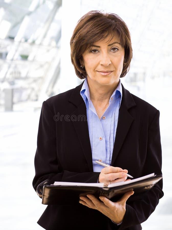 starszy bizneswomanu writing obrazy royalty free