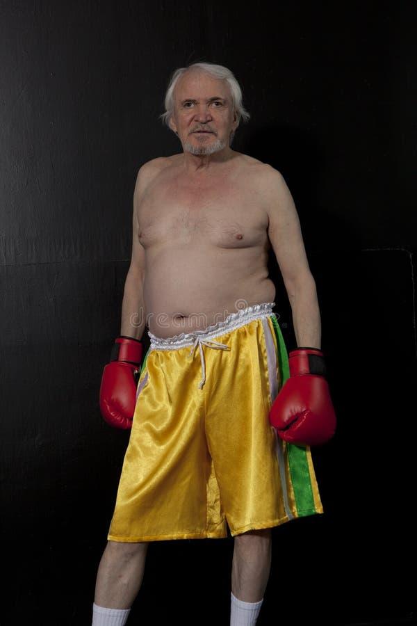 Starszy boksera mężczyzna z czerwonymi rękawiczkami zdjęcie royalty free