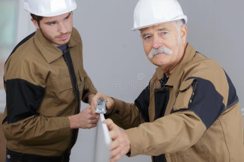 Starszy brygadier z młodym pracownikiem obrazy stock