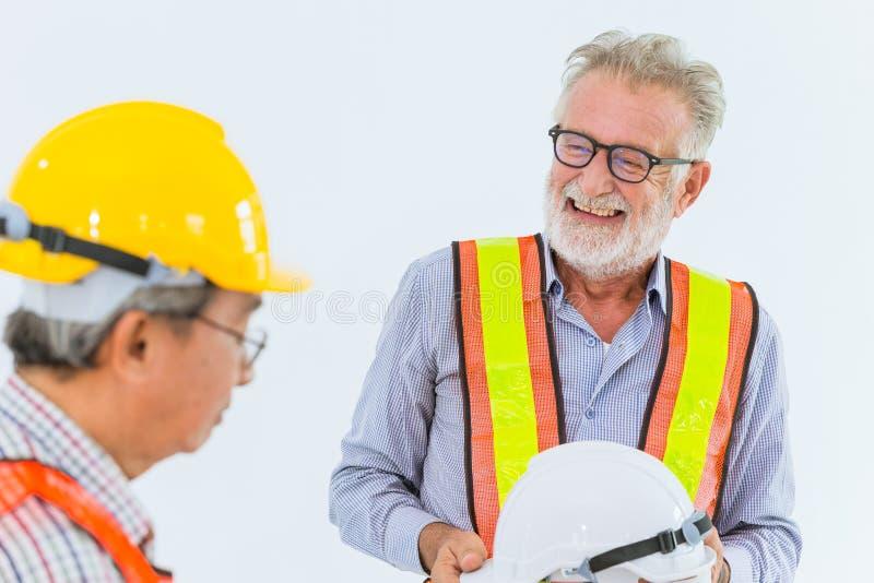 Starszy budowa inżynierów pracownik opowiada wpólnie szczęśliwego uśmiechu działanie fotografia royalty free