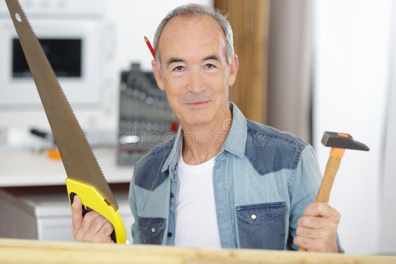 Starszy budowniczy gotowy dla pracy obrazy stock