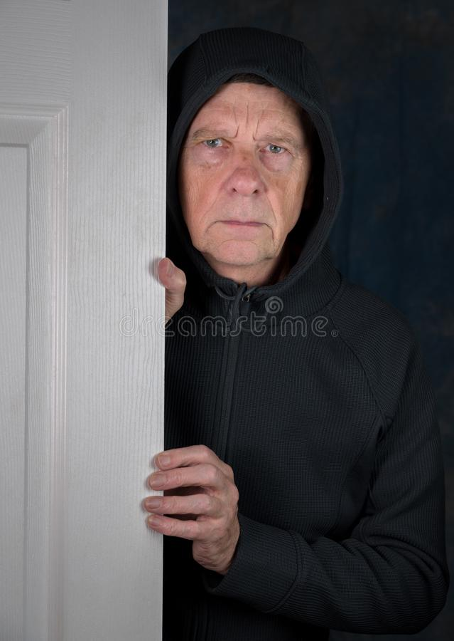 Starszy caucasian mężczyzna powitania gość przy drzwi obrazy stock