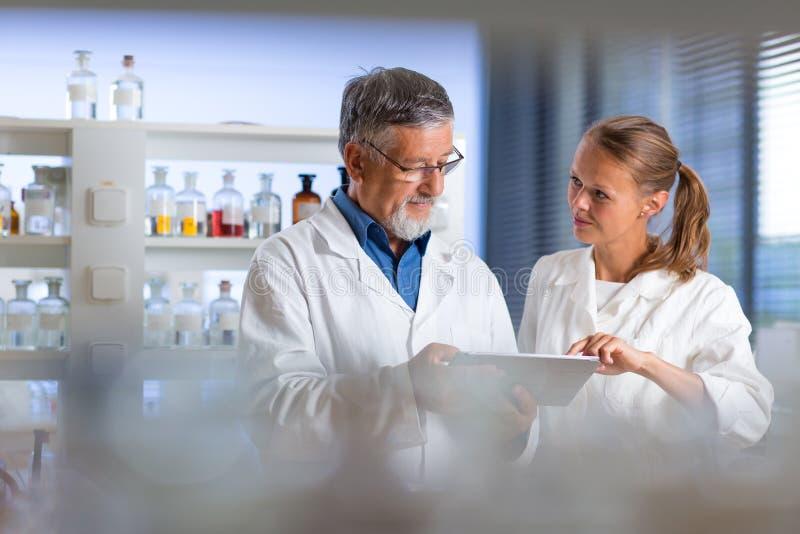Starszy chemia profesor, lekarka w lab/ obraz royalty free