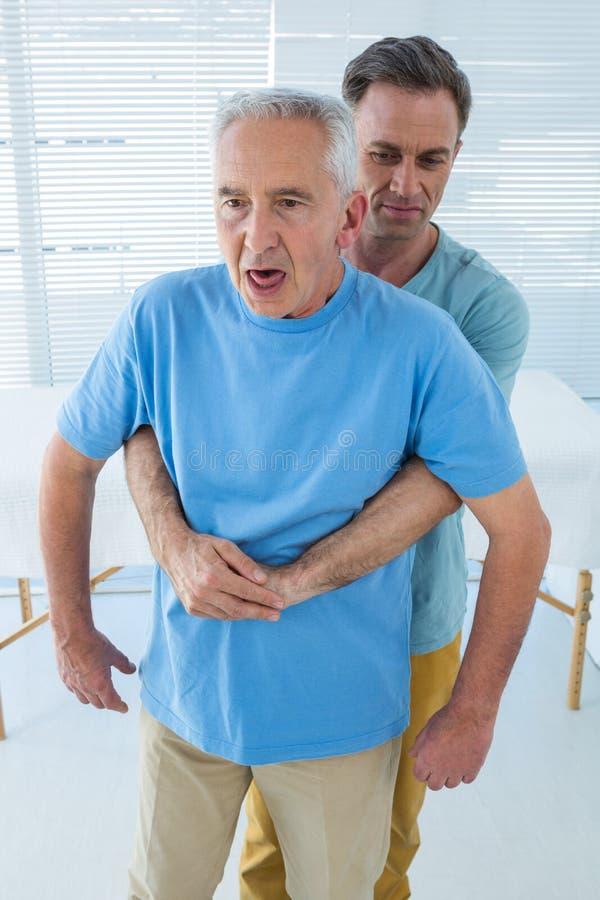 Starszy cierpliwy dostawanie plecy traktowanie od lekarki obraz royalty free
