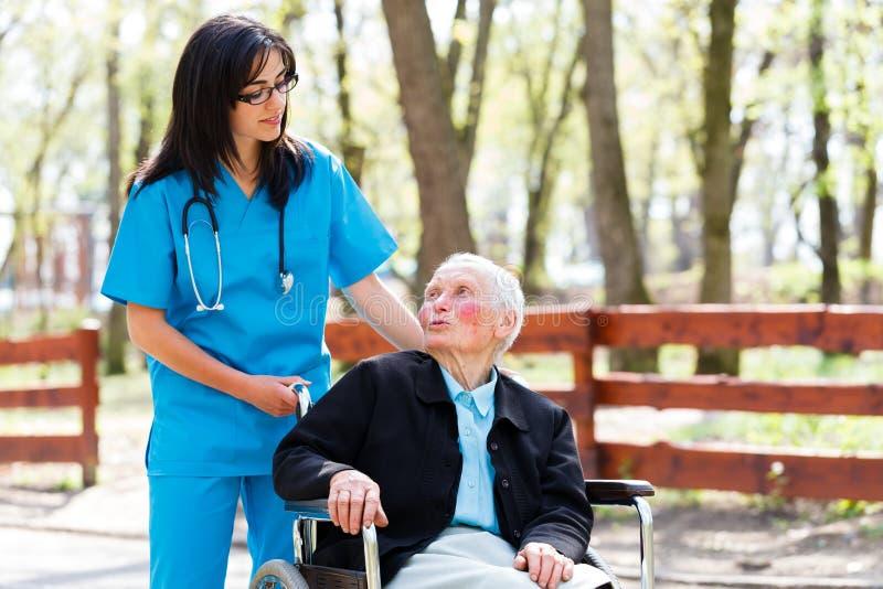 Starszy Cierpliwy Opowiadać Z Miłą pielęgniarką zdjęcia royalty free