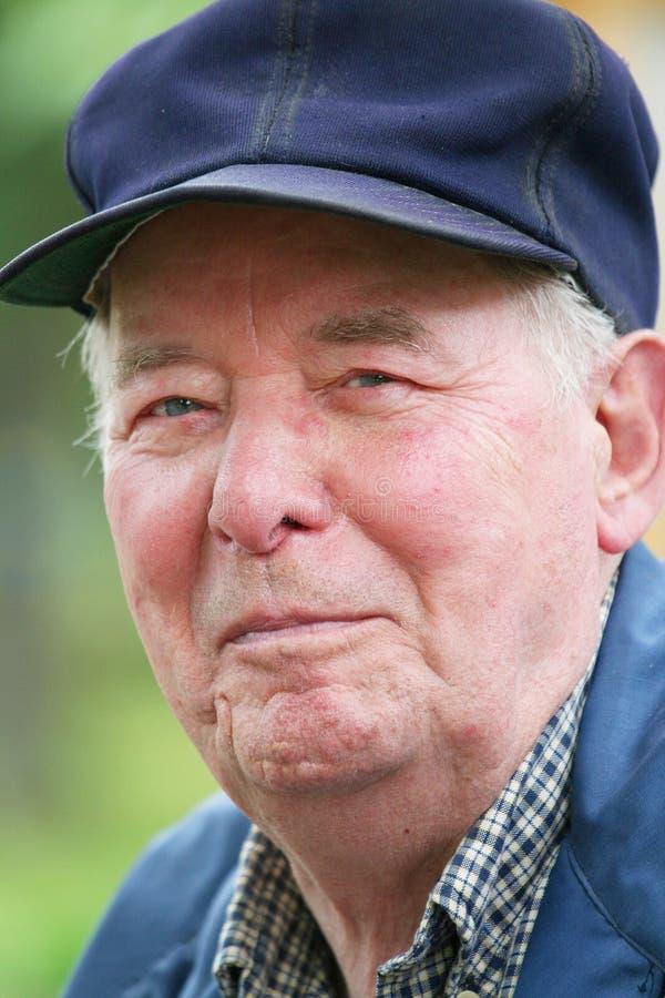 starszy człowiek cieszy się na zewnątrz obrazy royalty free