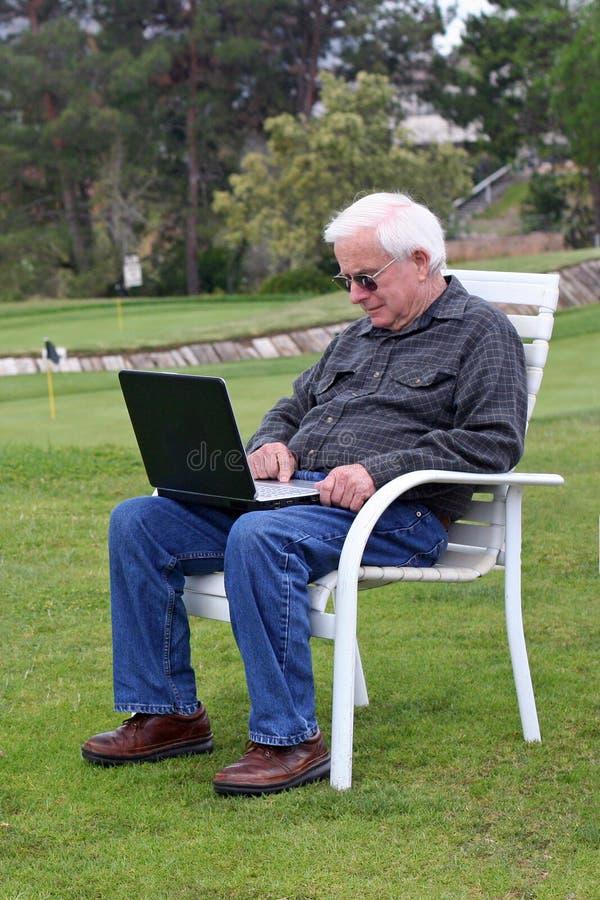 starszy człowiek golf laptopa zdjęcie royalty free