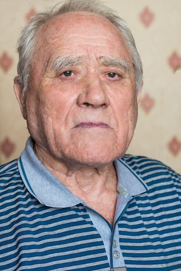 Download Starszy człowiek portret obraz stock. Obraz złożonej z koszula - 53787829