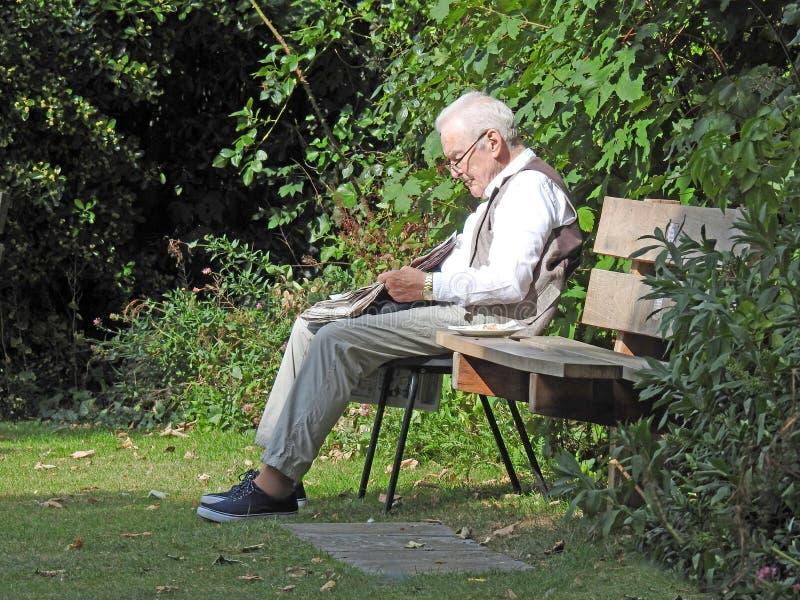 Starszy czytanie w parku obraz stock