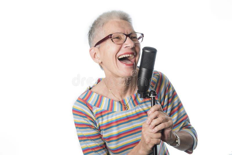 Starszy dama śpiew zdjęcia stock