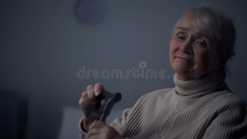 Starszy dama p?acz siedzi samotnie w pokoju, staro?ci samotno??, problemowa depresja obraz royalty free