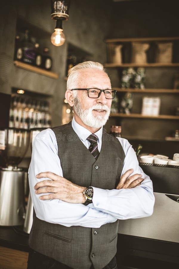 Starszy dyrektor przy jego pracą zdjęcia stock
