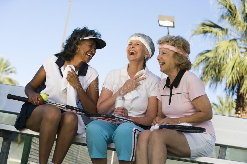 Starszy Żeński gracz w tenisa Relaksować fotografia stock