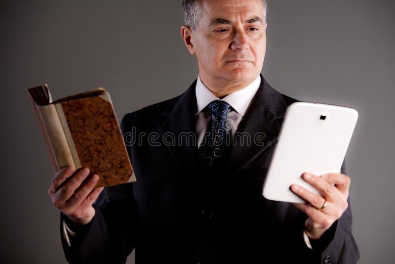 Starszy ekspert porównuje czytających instrumenty zdjęcie royalty free