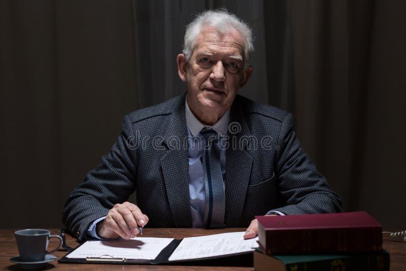 Starszy elegancki mężczyzna zdjęcie royalty free