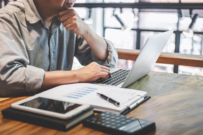 Starszy fachowy biznesmen w przypadkowej odzieży pracuje używać laptop w kawiarni z biznesowy pracujący łączyć radio przez obrazy royalty free