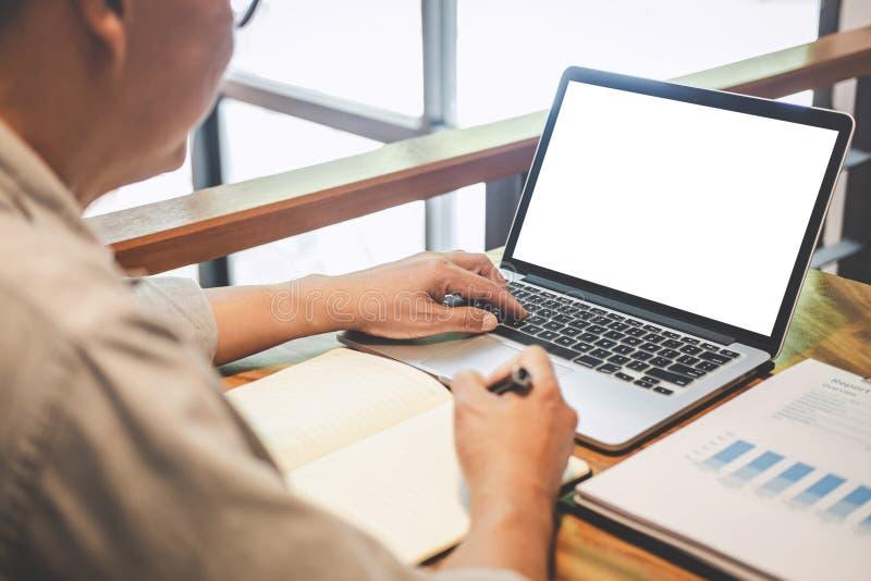 Starszy fachowy biznesmen w przypadkowej odzieży pracuje używać laptop w kawiarni z biznesowy pracujący łączyć radio przez obrazy stock