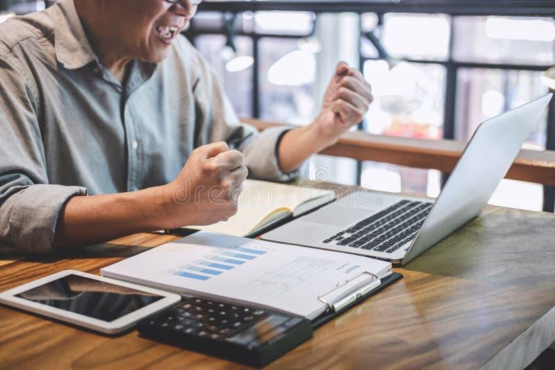 Starszy fachowy mężczyzna w przypadkowej odzieży pracuje używać laptop w kawiarni, biznesowy pracujący łączyć radio przez kompute obraz royalty free