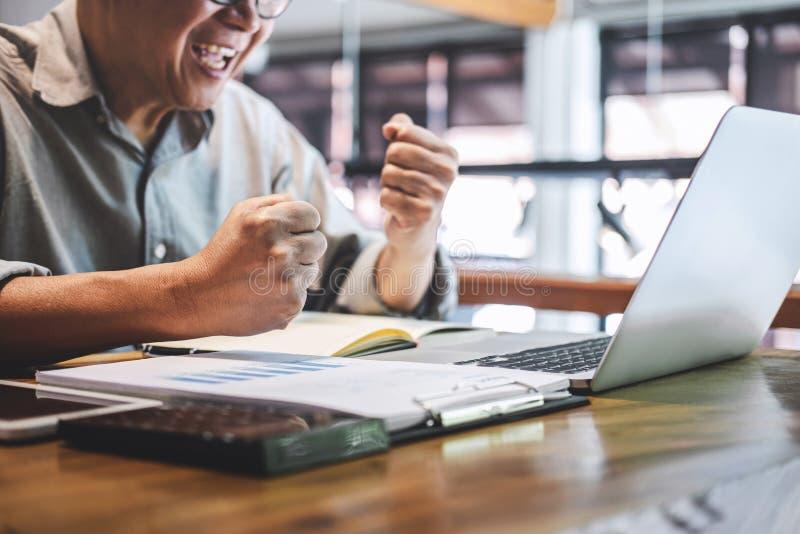 Starszy fachowy mężczyzna w przypadkowej odzieży pracuje używać laptop w kawiarni, biznesowy pracujący łączyć radio przez kompute obrazy royalty free