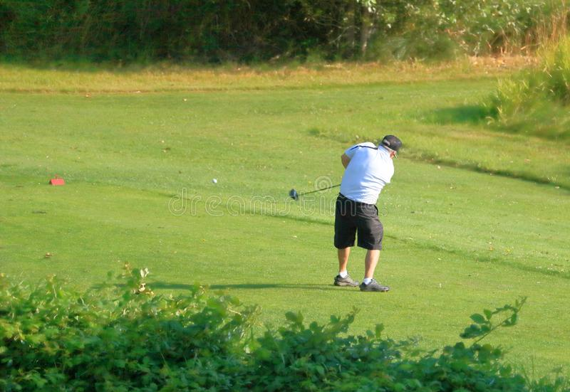 Starszy golfista i Teeing Z ciało postury obraz royalty free