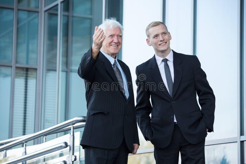 Starszy i młody biznesmen obrazy stock