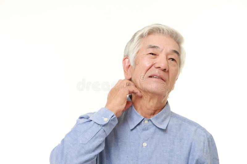 Starszy Japoński mężczyzna drapa jego szyję obraz stock