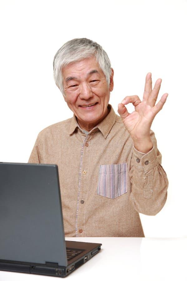 Starszy Japoński mężczyzna używa laptop obrazy royalty free
