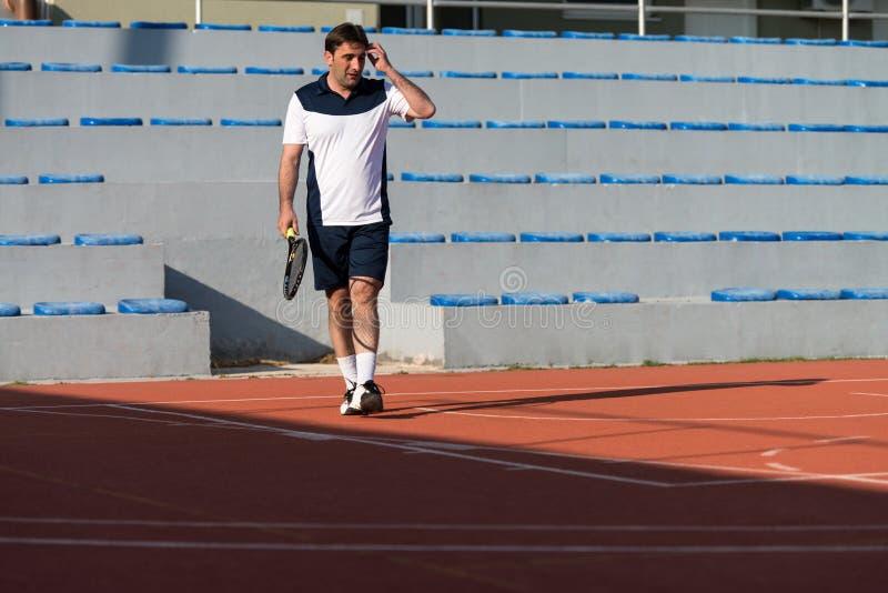 Starszy Kaukaski mężczyzna Bawić się tenisa zdjęcia royalty free