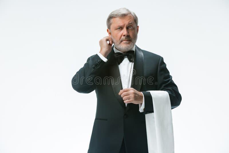Starszy kelner z białym ręcznikiem Szyldowy język w restauraci zdjęcia royalty free