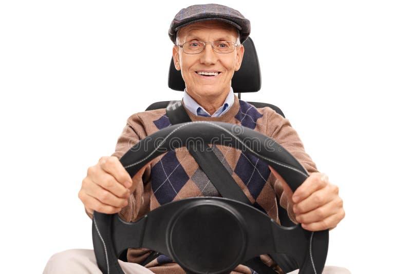 Starszy kierowca trzyma kierownicę fotografia stock