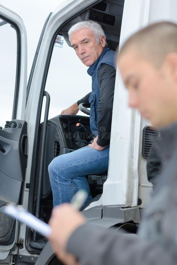 Starszy kierowca w kabinowej nowożytnej ciężarówce obrazy royalty free