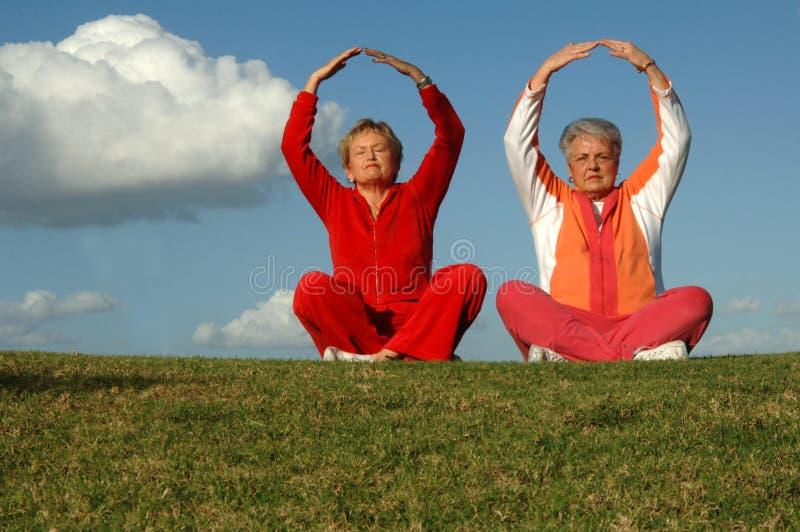 starszy kobiet na jogę