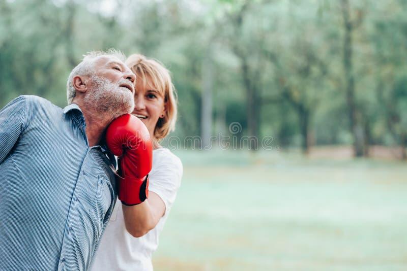 Starszy kobieta aktywnego boks zdjęcia royalty free