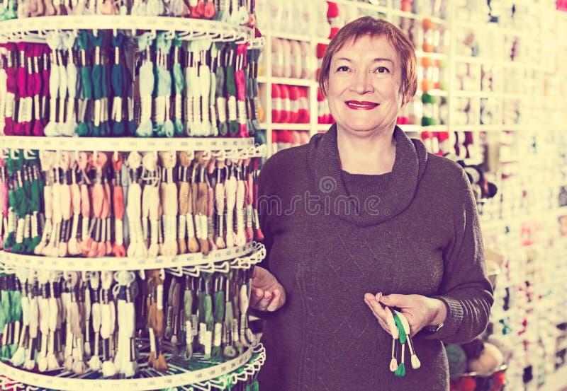 Starszy kobieta portret outdoors zdjęcia stock