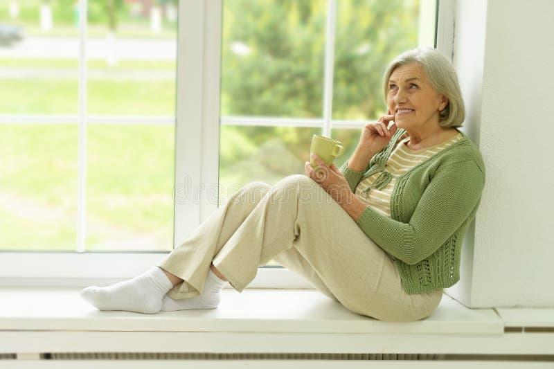 Starszy kobieta portret z filiżanką herbata fotografia stock