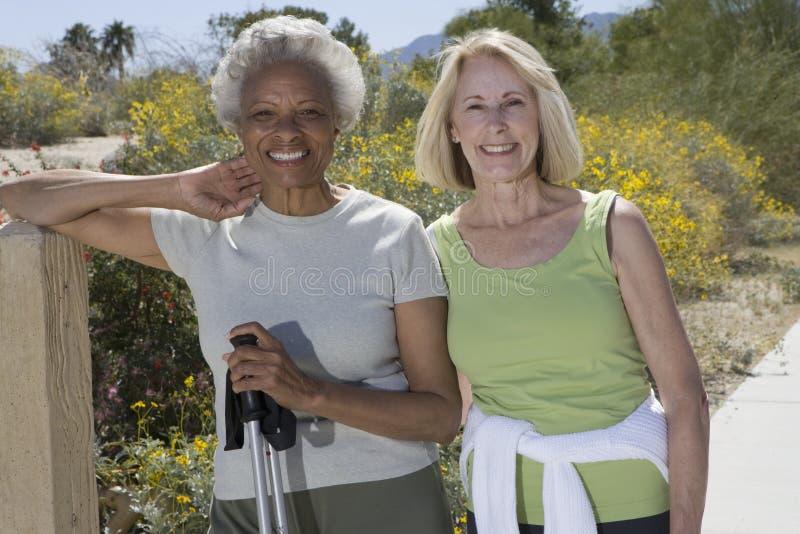 Starszy kobieta stojak Z Chodzić słupy zdjęcia stock