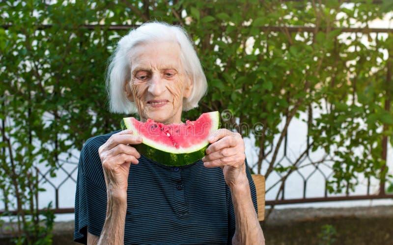Starszy kobiety łasowania arbuz outdoors obraz royalty free